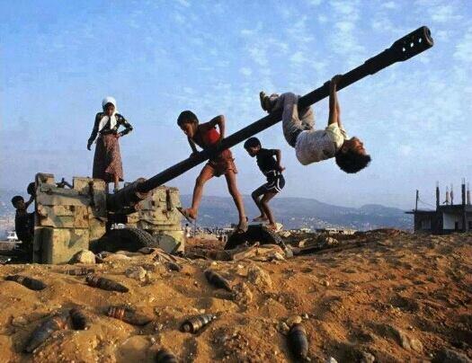 اطفال يلعبون على فوهة مدفع (انترنت)