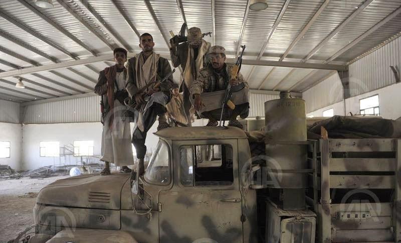 الحوثيون ينهبون اسلحة الفرقة (انترنت وكالات)