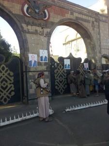حوثيون أمام مقر قيادة القوات العليا للقوات المسلحة (ا ف ب