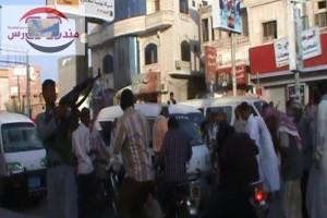 مسلح حوثي يطلق النار على مظاهرة في الحديدة