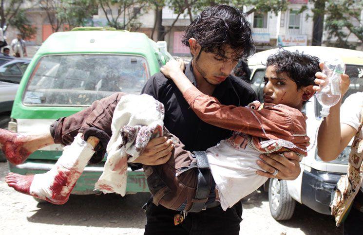 يمني يحمل رفيقا أصيب في القصف الذي تشنه ميليشيات الحوثي على تعز الفرنسية